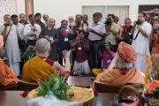 Его Святейшество Далай-лама и Свами Гуру Шарананд-джи на встрече с журналистами. Тримбакешвар, штат Махараштра, Индия. 30 августа 2015 г. Фото: Тензин Чойджор (офис ЕСДЛ)