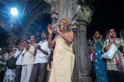 Верующие читают молитвы во время церемонии зажжения светильников в храме Тримбакешвар. Тримбакешвар, штат Махараштра, Индия. 30 августа 2015 г. Фото: Тензин Чойджор (офис ЕСДЛ)
