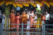 Его Святейшество Далай-лама и Свами Гуру Шарананд-джи участвуют в церемонии зажжения светильников в храме Тримбакешвар. Тримбакешвар, штат Махараштра, Индия. 30 августа 2015 г. Фото: Тензин Чойджор (офис ЕСДЛ)