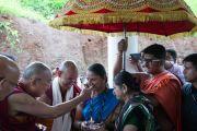 Его Святейшество Далай-лама шутит по поводу украшения одной из встречающих его женщин. Тримбакешвар, штат Махараштра, Индия. 30 августа 2015 г. Фото: Тензин Чойджор (офис ЕСДЛ)