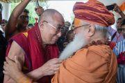 Его Святейшество Далай-лама и Свами Гуру Шарананд-джи обмениваются приветствиями. Тримбакешвар, штат Махараштра, Индия. 30 августа 2015 г. Фото: Тензин Чойджор (офис ЕСДЛ)