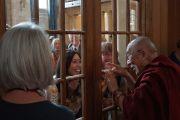 Его Святейшество Далай-лама прощается со своими почитателями, покидая Дом Родса. Оксфорд, Великобритания. 14 сентября 2015 г. Фото: Джереми Рассел (офис ЕСДЛ)