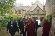Его Святейшество Далай-лама направляется на пресс-конференцию в колледже Св. Марии Магдалины. Оксфорд, Великобритания. 14 сентября 2015 г. Фото: Джереми Рассел (офис ЕСДЛ)