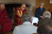 Его Святейшество Далай-лама на встрече с членами Центра сострадания в колледже Св. Марии Магдалины. Оксфорд, Великобритания. 14 сентября 2015 г. Фото: Джереми Рассел (офис ЕСДЛ)