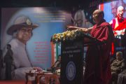 """Его Святейшество Далай-лама выступает с речью на церемонии вручения премии им. Абдула Калама """"Сева Ратна"""". Ченнаи, штат Тамилнад, Индия. 9 ноября 2015 г. Фото: Тензин Чойджор (офис ЕСДЛ)"""