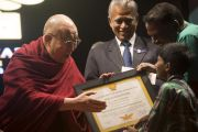 """Его Святейшество Далай-лама вручает премию им. Абдула Калама """"Сева Ратна"""". Ченнаи, штат Тамилнад, Индия. 9 ноября 2015 г. Фото: Тензин Чойджор (офис ЕСДЛ)"""
