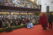 """Его Святейшество Далай-лама приветствует публику в зале перед началом торжественной церемонии вручения премий им. Абдула Калама """"Сева Ратна"""". Ченнаи, штат Тамилнад, Индия. 9 ноября 2015 г. Фото: Тензин Чойджор (офис ЕСДЛ)"""
