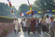 """Его Святейшество Далай-лама прибыл в университет им. Джавахарлала Неру, где в течение двух дней будет проходить конференция """"Квантовая физика и философские воззрения мадхьямаки"""". Дели, Индия. 12 ноября 2015 г. Фото: Тензин Чойджор (офис ЕСДЛ)"""