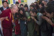 Его Святейшество Далай-лама приветствует студентов перед началом второго дня конференции «Квантовая физика и философские воззрения мадхьямаки» в Университете им. Джавахарлала Неру. Дели, Индия. 13 ноября 2015 г. Фото: Тензин Чойджор (офис ЕСДЛ)