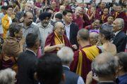 Его Святейшество Далай-лама приветствует участников конференции «Квантовая физика и философские воззрения мадхьямаки» в Университете им. Джавахарлала Неру. Дели, Индия. 13 ноября 2015 г. Фото: Тензин Чойджор (офис ЕСДЛ)