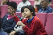 Одна из слушательниц задает вопрос докладчику во время конференции «Квантовая физика и философские воззрения мадхьямаки» в Университете им. Джавахарлала Неру. Дели, Индия. 13 ноября 2015 г. Фото: Тензин Чойджор (офис ЕСДЛ)