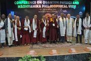 Его Святейшество Далай-лама с докладчиками по завершении работы конференции «Квантовая физика и философские воззрения мадхьямаки» в Университете им. Джавахарлала Неру. Дели, Индия. 13 ноября 2015 г. Фото: Тензин Чойджор (офис ЕСДЛ)