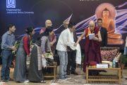 Его Святейшество Далай-лама и авторы сборника «Перемены на крыше мира – размышления о Тибете», представленной перед началом второго дня конференции «Квантовая физика и философские воззрения мадхьямаки» в Университете им. Джавахарлала Неру. Дели, Индия. 13 ноября 2015 г. Фото: Тензин Чойджор (офис ЕСДЛ)
