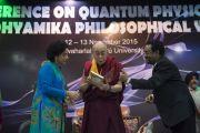 Его Святейшество Далай-лама представляет собравшимся книгу о А. П. Венкатесваране перед началом второго дня конференции «Квантовая физика и философские воззрения мадхьямаки». Дели, Индия. 13 ноября 2015 г. Фото: Тензин Чойджор (офис ЕСДЛ)