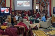 Дээрхийн Гэгээнтэн Далай Лам Пава Синхагийн илтгэлийг сонсож байгаа нь. Энэтхэг, Карнатака, Билакуппе, Сера хийд. 2015.12.14. Гэрэл зургийг Тэнзин Чойжор (ДЛО)