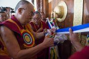 Дээрхийн Гэгээнтэн Далай Лам Сера хийдийн Побхор аймгийн шинэ дуганыг нээж байгаа нь. Энэтхэг, Карнатака, Билакуппе, Сера хийд. 2015.12.15. Гэрэл зургийг Тэнзин Чойжор (ДЛО)