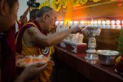 Дээрхийн Гэгээнтэн Далай Лам Сера хийдийн Побхор аймгийн шинэ дуганыг нээлтэнд морилж байгаа нь. Энэтхэг, Карнатака, Билакуппе, Сера хийд. 2015.12.15. Гэрэл зургийг Тэнзин Чойжор (ДЛО)