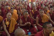 Сера Жэ хийдийн Побхор аймгийн лам нар Дээрхийн Гэгээнтэн Далай Ламд мандал өргөж байгаа нь. Энэтхэг, Карнатака, Билакуппе, Сера хийд. 2015.12.15. Гэрэл зургийг Тэнзин Чойжор (ДЛО)