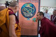Дээрхийн Гэгээнтэн Далай Лам төвөдийн номын сангаас зохион байгуулж буй цаг уурын өөрчлөлтийн үзэсгэлэнг сонирхов. Энэтхэг, Карнатака, Билакуппе, Сера хийд. 2015.12.15. Гэрэл зургийг Тэнзин Чойжор (ДЛО)