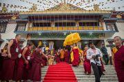 Дээрхийн Гэгээнтэн Далай Лам Побхор аймгийн шинэ дуганы нээлтийн баярын дараа эргэн морилж байгаа нь. Энэтхэг, Карнатака, Билакуппе, Сера хийд. 2015.12.15. Гэрэл зургийг Тэнзин Чойжор (ДЛО)