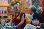 """Дээрхийн Гэгээнтэн Далай Лам """"Оюун ухаан ба Амьдрал"""" хурлын хоёр дахь өдөр үг хэлж бас олон хүнийг хөгжөөж байлаа. Энэтхэг, Карнатака, Билакуппе, Сера хийд. 2015.12.15. Гэрэл зургийг Тэнзин Чойжор (ДЛО)"""