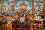 Дээрхийн Гэгээнтэн Далай Лам Сера хийдийн Побхор аймгийн шинэ дуганыг нээлтэнд зориулан үг хэлж байгаа нь. Энэтхэг, Карнатака, Билакуппе, Сера хийд. 2015.12.15. Гэрэл зургийг Тэнзин Чойжор (ДЛО)