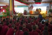Дээрхийн Гэгээнтэн Далай Лам Сера Жэ хийдийн дунд сургуульд суралцдаг лам хуврагуудтай уулзав. Энэтхэг, Карнатака, Билакуппе, Сера хийд. 2015.12.15. Гэрэл зургийг Тэнзин Чойжор (ДЛО)