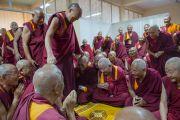 """Дээрхийн Гэгээнтэн Далай Лам гурав дахь өдрөө үргэлжилж буй """"Оюун ухаан ба Амьдрал"""" хурлын өмнө 1959 онд Төвөдөөс дүрвэн гарсан ахмад лам нартай уулзав. Энэтхэг, Карнатака, Хүнсүр. 2015.12.16. Гэрэл зургийг Тэнзин Чойжор (ДЛО)"""