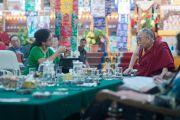 Васудеви Редди өөрийн илтгэлээ Дээрхийн Гэгээнтэн Далай Ламд тайлбарлаж байгаа нь. Энэтхэг, Карнатака, Хүнсүр. 2015.12.16. Гэрэл зургийг Тэнзин Чойжор (ДЛО)