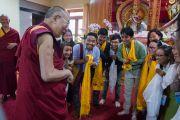 """Дээрхийн Гэгээнтэн Далай Лам 30 дахь удаагийн """"Оюун ухаан ба Амьдрал"""" хурлын сүүлийн өдөр төвөдийн шинжлэх ухааны эрдэмтдийн багийг хүлээн авч уулзав. Энэтхэг, Карнатака, Хүнсүр. 2015.12.17. Гэрэл зургийг Тэнзин Чойжор (ДЛО)"""