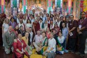 """Дээрхийн Гэгээнтэн Далай Лам 30 дахь удаагийн """"Оюун ухаан ба Амьдрал"""" хуралд оролцсон, илтгэл тавьсан, зохион байгуулсан хүмүүстэй хамт дурсгалын зураг татуулав. Энэтхэг, Карнатака, Хүнсүр. 2015.12.17. Гэрэл зургийг Тэнзин Чойжор (ДЛО)"""