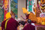 Старшие монахи совершают подношение мандалы Его Святейшеству Далай-ламе во время пуджи долгой жизни в монастыре Сера Лачи. Билакуппе, штат Карнатака, Индия. 18 декабря 2015 г. Фото: Тензин Чойджор (офис ЕСДЛ)