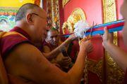 Его Святейшество Далай-лама торжественно перерезает ленточку на дверях нового зала собраний в монастыре Ташилунпо. Билакуппе, штат Карнатака, Индия. 18 декабря 2015 г. Фото: Тензин Чойджор (офис ЕСДЛ)