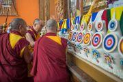 Его Святейшество Далай-лама зажигает масляный светильник на алтаре в новом зале собраний в монастыре Ташилунпо. Билакуппе, штат Карнатака, Индия. 18 декабря 2015 г. Фото: Тензин Чойджор (офис ЕСДЛ)