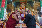 Его Святейшество Далай-лама официально представляет собравшимся электронное издания тибетского словаря, подготовленного геше Лобсангом Монламом, в монастыре Сера Лачи. Билакуппе, штат Карнатака, Индия. 18 декабря 2015 г. Фото: Тензин Чойджор (офис ЕСДЛ)