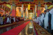 Монахи, монахини и почетные гости приветствуют Его Святейшество Далай-ламу в новом зале собраний в монастыре Ташилунпо. Билакуппе, штат Карнатака, Индия. 18 декабря 2015 г. Фото: Тензин Чойджор (офис ЕСДЛ)