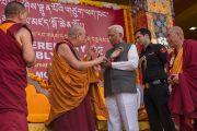 Его Святейшество Далай-лама приветствует почетного гостя, губернатора штата Карнатака шри Ваджубхай Рудабхай Вала на торжественной церемонии освящения нового зала собраний в монастыре Ташилунпо. Билакуппе, штат Карнатака, Индия. 19 декабря 2015 г. Фото: Тензин Чойджор (офис ЕСДЛ)