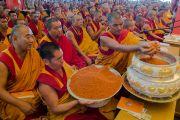 Мастер пения готовит подношение мандалы перед началом учений Его Святейшества Далай-ламы в монастыре Ташилунпо. Билакуппе, штат Карнатака, Индия. 19 декабря 2015 г. Фото: Тензин Чойджор (офис ЕСДЛ)