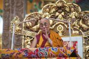 Его Святейшество Далай-лама читает молитву перед началом учений в монастыре Ташилунпо. Билакуппе, штат Карнатака, Индия. 19 декабря 2015 г. Фото: Тензин Чойджор (офис ЕСДЛ)
