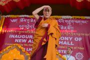Его Святейшество Далай-лама оглядывает толпу людей, собравшихся на торжественную церемонию освящения нового зала собраний в монастыре Ташилунпо. Билакуппе, штат Карнатака, Индия. 19 декабря 2015 г. Фото: Тензин Чойджор (офис ЕСДЛ)