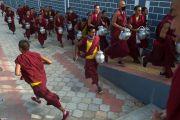 Монахи разносят чай для гостей торжественной церемонии освящения нового зала собраний в монастыре Ташилунпо. Билакуппе, штат Карнатака, Индия. 19 декабря 2015 г. Фото: Тензин Чойджор (офис ЕСДЛ)