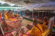 Номын айлдварын гурав дахь өдөр Дээрхийн Гэгээнтэн Далай Лам айлдвараа эхэлж байгаа нь. Энэтхэг, Карнатака, Билакуппе, Дашлхүнбо хийд. 2015.12.22. Гэрэл зургийг Тэнзин Чойжор (ДЛО)