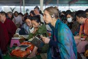 Третий день учений. Некоторые из множества иностранных участников слушают наставления Его Святейшества Далай-ламы в монастыре Ташилунпо. Билакуппе, штат Карнатака, Индия. 22 декабря 2015 г. Фото: Тензин Чойджор (офис ЕСДЛ)