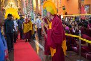 Дээрхийн Гэгээнтэн Далай Лам ном айлдахаар морилох зууртаа хүмүүстэй мэндэлж байгаа нь. Энэтхэг, Карнатака, Билакуппе, Дашлхүнбо хийд. 2015.12.20. Гэрэл зургийг Тэнзин Чойжор (ДЛО)