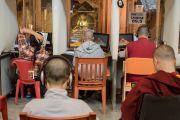 Учения Его Святейшества Далай-ламы по 18 коренным текстам и комментариям традиции Ламрим в монастыре Ташилунпо идут с синхронным переводом на 14 языков. Билакуппе, штат Карнатака, Индия. 23 декабря 2015 г. Фото: Тензин Чойджор (офис ЕСДЛ)