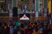 Зарим хэсэгт Дээрхийн Гэгээнтэн Далай Ламыг дэлгэцээр харан номын айлдварт сууж байв. Энэтхэг, Карнатака, Билакуппе, Дашлхүнбо хийд. 2015.12.24. Гэрэл зургийг Тэнзин Чойжор (ДЛО)