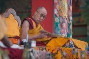 """Дээрхийн Гэгээнтэн Далай Лам """"Бодь Мөрийн Зэрэг"""" номын айлдвараа үргэлжлүүлэн айлдаж байгаа нь. Энэтхэг, Карнатака, Билакуппе, Дашлхүнбо хийд. 2015.12.23. Гэрэл зургийг Тэнзин Чойжор (ДЛО)"""