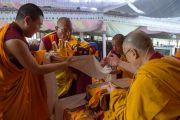 Номын айлдварын зургаа дахь өдрийн эхэнд Дээрхийн Гэгээнтэн Далай Ламд мандал өргөж байгаа нь. Энэтхэг, Карнатака, Билакуппе, Дашлхүнбо хийд. 2015.12.25. Гэрэл зургийг Тэнзин Чойжор (ДЛО)