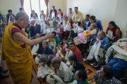 Дээрхийн Гэгээнтэн Далай Лам долоо дахь номын айлдварын сүүлийн өдөр төвөд ахмад хүмүүстэй уулзав. Энэтхэг, Карнатака, Билакуппе, Дашлхүнбо хийд. 2015.12.28. Гэрэл зургийг Тэнзин Чойжор (ДЛО)