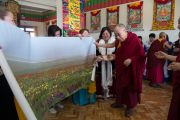 Монгол үндэстэн Халимаг сүсэгтнүүд Дээрхийн Гэгээнтэн Далай Ламд өөрсдийн нутгийн зургийг өргөн барьлаа. Энэтхэг, Карнатака, Билакуппе, Дашлхүнбо хийд. 2015.12.28. Гэрэл зургийг Тэнзин Чойжор (ДЛО)